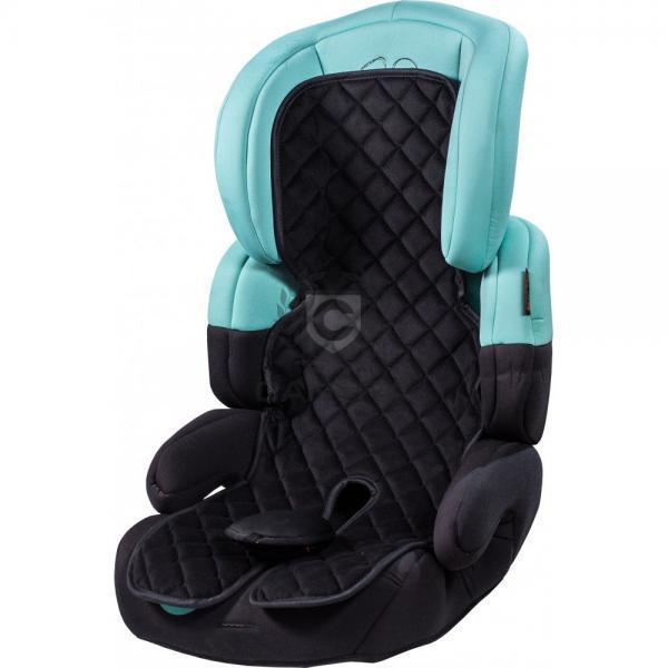Schwarze Kindersitzauflage in einem Kindersitz