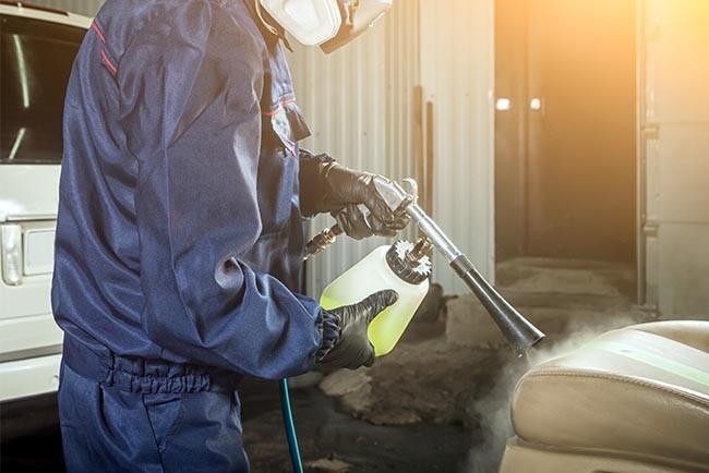 Spezielle Reinigungsprodukte können helfen die Autositze restlos von Flecken zu befreien und akkurat zu säubern