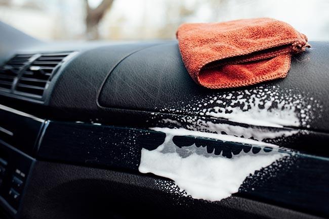 Auto-Innenraum Reinigung mit Cockpit Spray und Mikrofasertüchern für das perfekte Ergebnis