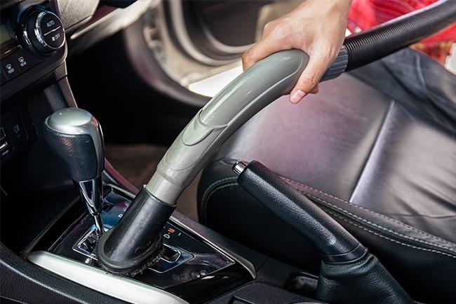 Achten Sie bei der Innenraum-Reinigung von Ihrem Auto darauf keine Kratzer mit dem Staubsauger auf Hochglanz-Flächen zu verursachen