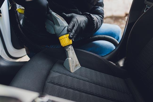 Nutzen Sie einen starken Staubsauger, um Ihre Autositze effektiv zu reinigen und Krümmel oder Blätter zu entfernen