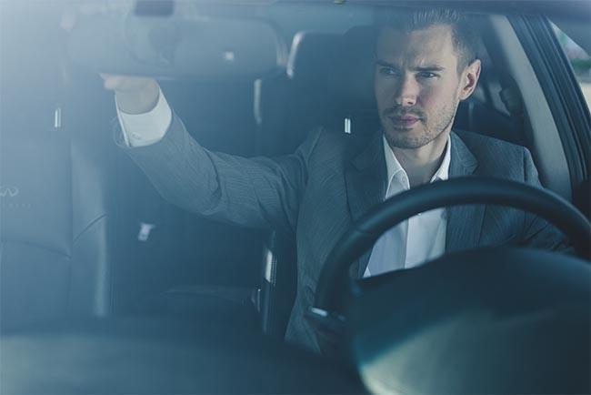 Vergessen Sie bei der Autoinnenreinigung nicht die Spiegel und Scheiben von Flecken und Schmutz zu befreien