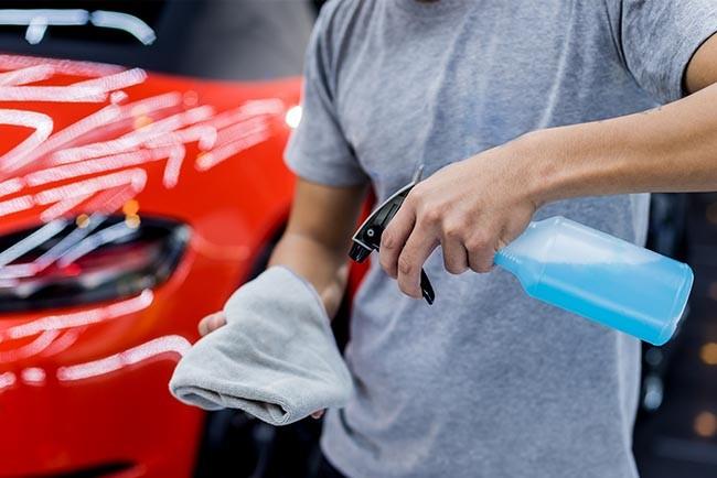 Tragen Sie Ihre Reinigungsmittel nur auf das Mikrofasertuch auf und nicht direkt auf Ihr Armaturenbrett oder das Lenkrad