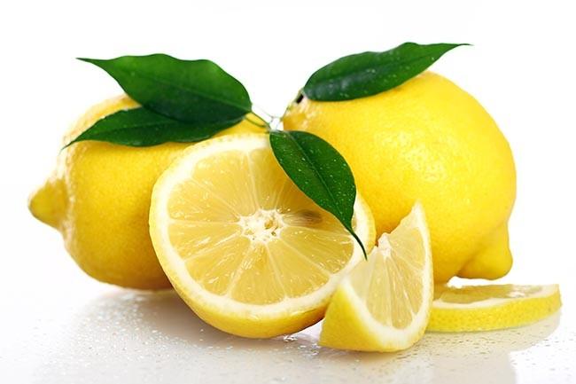 Fleckige Autositze reinigen und schlechte Gerüche im Auto mit Zitronensaft entfernen