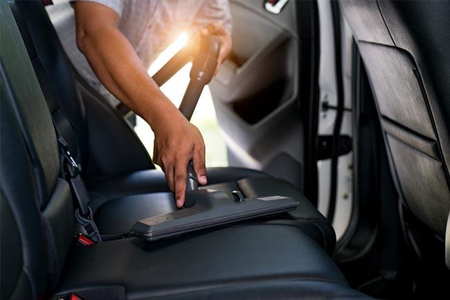 Autositze reinigen: Beginne mit dem Staubsauger