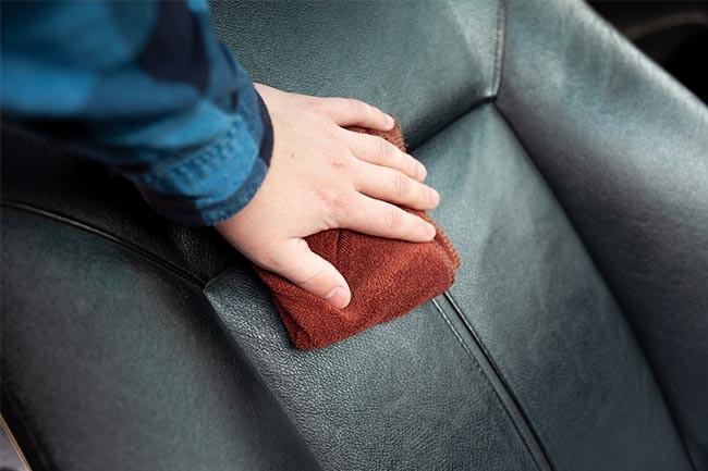 Lederpflege für Autositze: Mit dem Lappen vorsichtig abwischen