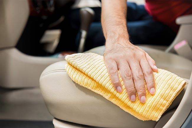 Autositze reinigen: Die besten Hausmittel gegen Flecken (für Stoff und Leder) - Tipps!