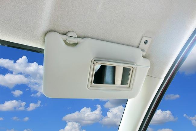 Sonnenblenden im Auto-Innenraum reinigen: Nicht vergessen!